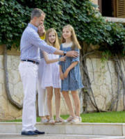 Principessa Sofia di Borbone, Principessa Leonor di Borbone, Re Felipe di Borbone - Palma de Mallorca - 31-07-2017 - Felipe e Letizia di Spagna, gruppo di famiglia in... esterna!