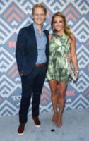 Jennifer Sawdon, Chris Geere - West Hollywood - 08-08-2017 - Vanessa Hudgens brilla sul red carpet degli TCA Awards 2017
