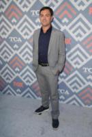 Joe Lo Truglio - West Hollywood - 09-08-2017 - Vanessa Hudgens brilla sul red carpet degli TCA Awards 2017
