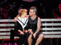 Ayda Field, Robbie Williams - Prague - 19-08-2017 - Robbie Williams e la moglie: bacio romantico... sul palco!