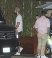 Liam Hemsworth - Malibu - 03-09-2017 -  Miley Cyrus e Liam Hemsworth, dito medio contro tutti
