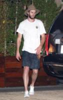 Luke Hemsworth - Malibu - 02-09-2017 -  Miley Cyrus e Liam Hemsworth, dito medio contro tutti