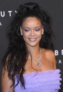 Rihanna - Londra - 19-09-2017 - Rihanna, una bambolina viola alla presentazione di Fenty Beauty