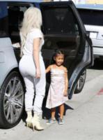 North West, Kim Kardashian - Los Angeles - 21-09-2017 - Tuta da ginnastica e tacchi alti? C'è chi può!