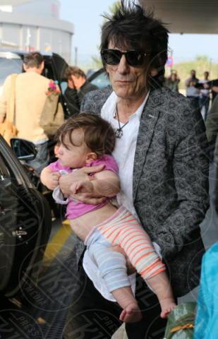 Alice Rose Wood, Ronnie Wood - Barcellona - 24-09-2017 - Ronnie Wood, ma come porti in braccio tua figlia?