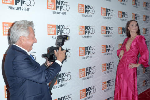 Grace Van Patten, Dustin Hoffman - New York - 02-10-2017 - The Meyerowitz Stories, Dustin Hoffman s'improvvisa fotografo