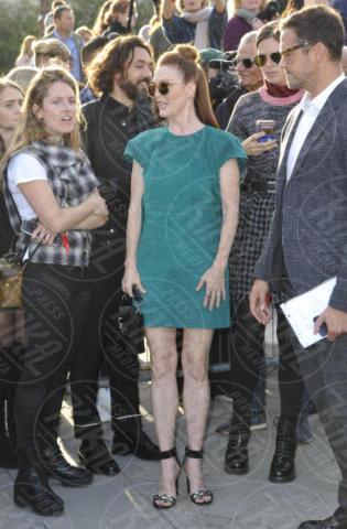 Julianne Moore - Parigi - 03-10-2017 - Parigi come Hollywood, sfilata di attori al Louis Vuitton Show