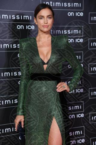 Irina Shayk - Verona - 10-02-2015 - Intimissimi on Ice, Irina Shayk stella in verde sul red carpet