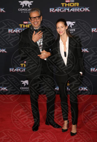Emilie Livingston, Jeff Goldblum - Los Angeles - 11-10-2017 - Chris Hemsworth, per Thor: Ragnarok il red carpet è in coppia!