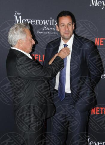 Adam Sandler, Dustin Hoffman - Hollywood - 11-10-2017 - Adam Sandler, tranquillo: alla cravatta ci pensa Dustin Hoffman!