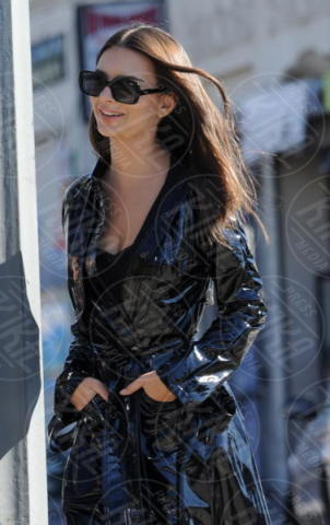 Emily Ratajkowski - Los Angeles - 25-10-2017 - Emily Ratajkowski, l'impermeabile più sensuale che ci sia
