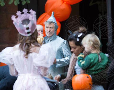Leo Baldwin, Rafael Baldwin, Hilaria Baldwin, Alec Baldwin - New York - 31-10-2017 - Halloween: dalla Chiabotto a Lady Gaga, i costumi delle star