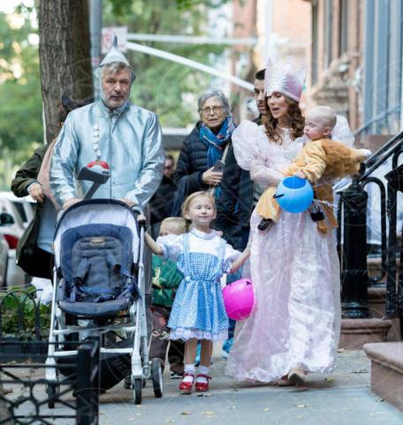 Leo Baldwin, Carmen Baldwin, Hilaria Baldwin, Alec Baldwin - New York - 31-10-2017 - Halloween: dalla Chiabotto a Lady Gaga, i costumi delle star
