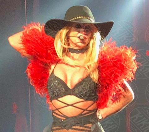 Britney Spears - Las Vegas - 02-11-2017 - Britney Spears fuori di seno, il wardrobe malfunction è servito!