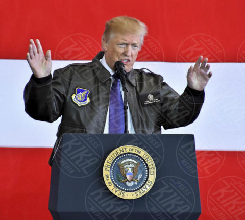 Donald Trump - Fussa - 05-11-2017 - Tom Cruise in Top Gun? No, è Donald Trump!