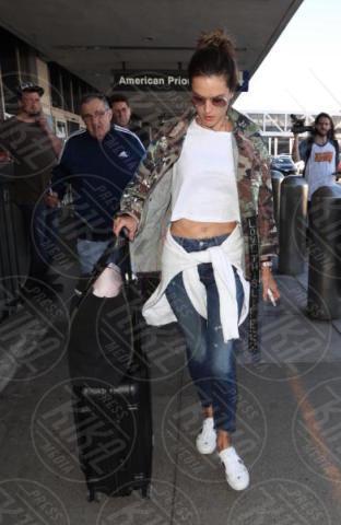 Alessandra Ambrosio - Los Angeles - 06-11-2017 - Che dress code Alessandra Ambrosio! Sexy e comoda per viaggiare