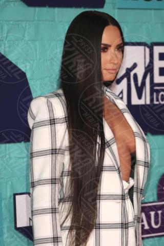 Demi Lovato - Londra - 12-11-2017 - Blake Lively: pantaloni? No grazie, sotto la giacca... niente!