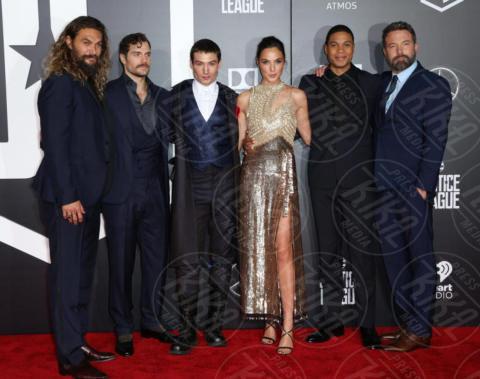 Jason Mamoa, Ray Fisher, Henry Cavill, Gal Gadot, Ezra Miller, Ben Affleck - Los Angeles - 14-11-2017 - Amber Heard in Versace è il trionfo del vedo non vedo