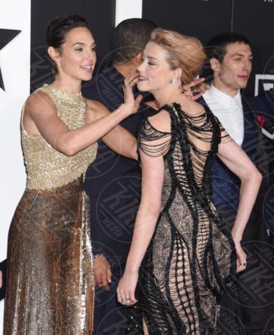 Gal Gadot, Amber Heard - Hollywood - 13-11-2017 - Amber Heard in Versace è il trionfo del vedo non vedo