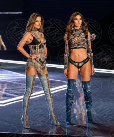Victoria's Secret Fashion Show, Alessandra Ambrosio - Shanghai - 20-11-2017 - Fermi tutti! Gli angeli di Victoria's Secret sfilano a Shanghai