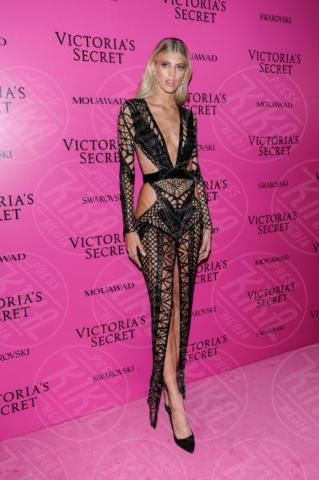 Devon Windsor - Shanghai - 20-11-2017 - Grammy Awards 2018: J Lo/Maren Morris, chi lo indossa meglio?