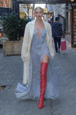 Elsa Hosk - Manhattan - 28-11-2017 - Chi lo indossa meglio? Elsa Hosk e Kelly Rowland in Fendi