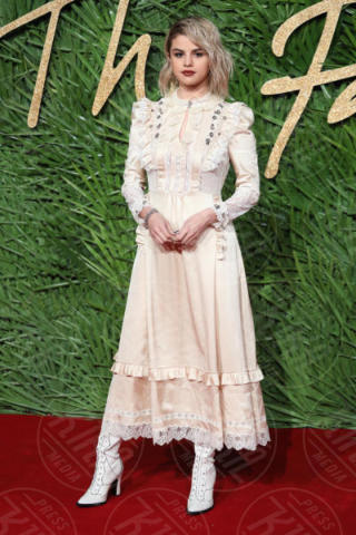 Selena Gomez - Londra - 04-12-2017 - Selena Gomez & Co.: ai Fashion Awards trionfano bellezza e stile