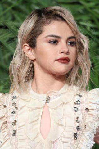 Selena Gomez - Londra - 04-12-2017 - Selena Gomez & Co.: ai Fashion Awards trionfano bellezza e stile