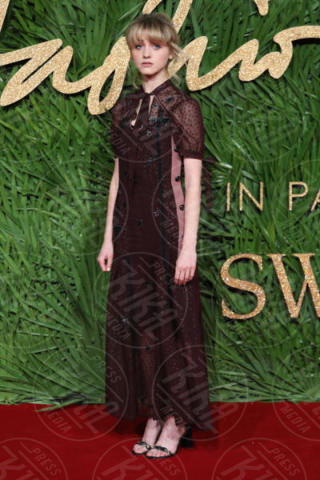 Natalia Dyer - Londra - 04-12-2017 - Selena Gomez & Co.: ai Fashion Awards trionfano bellezza e stile