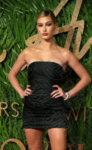 Hailey Baldwin - Londra - 04-12-2017 - Selena Gomez & Co.: ai Fashion Awards trionfano bellezza e stile
