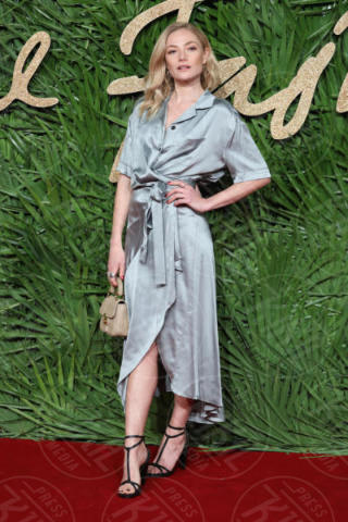 Clara Paget - Londra - 04-12-2017 - Selena Gomez & Co.: ai Fashion Awards trionfano bellezza e stile