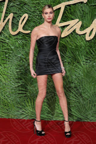 Hailey Baldwin - Londra - 04-12-2017 - Selena Gomez & Co.: ai Fashion Awards trionfano bellezza e stile