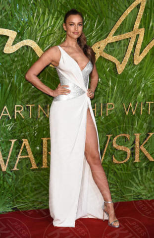 Irina Shayk - Londra - 04-12-2017 - Selena Gomez & Co.: ai Fashion Awards trionfano bellezza e stile