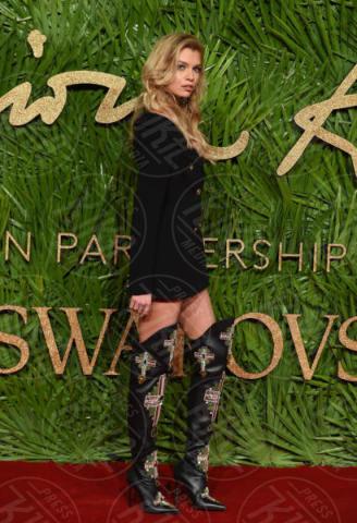 Stella Maxwell - Londra - 04-12-2017 - Selena Gomez & Co.: ai Fashion Awards trionfano bellezza e stile