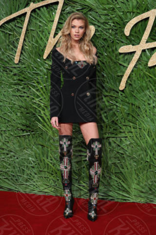 Stella Maxwell - Londra - 04-12-2017 - Selena Gomez & Co.: ai Fashion Awards trionfano bellezza e stile
