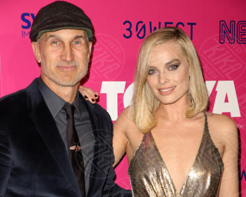 Margot Robbie, Craig Gillespie - Los Angeles - 06-12-2017 - I, Tonya: Margot Robbie in Versace al fianco di Tonya Harding