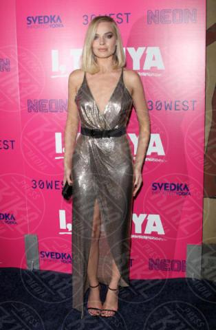 Margot Robbie - Hollywood - 05-12-2017 - I, Tonya: Margot Robbie in Versace al fianco di Tonya Harding