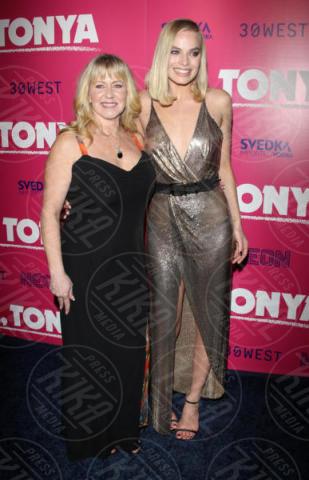 Tonya Harding, Margot Robbie - Hollywood - 05-12-2017 - I, Tonya: Margot Robbie in Versace al fianco di Tonya Harding