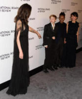 and Loung Ung, Shiloh Jolie-Pitt, Zahara Jolie-Pitt, Angelina Jolie - New York - 10-01-2018 - Shiloh, braccio al collo sul red carpet con mamma Angelina