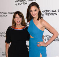 Gal Godot, Patty Jenkins - New York - 10-01-2018 - Shiloh, braccio al collo sul red carpet con mamma Angelina