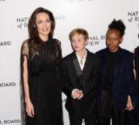 Shiloh Jolie-Pitt, Zahara Jolie-Pitt, Angelina Jolie - New York - 10-01-2018 - Shiloh, braccio al collo sul red carpet con mamma Angelina