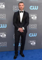 Liev Schreiber - Santa Monica - 11-01-2018 - Critics' Choice Awards: sul red carpet si rivedono... i colori!