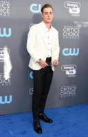 Dacre Montgomery - Santa Monica - 11-01-2018 - Critics' Choice Awards: sul red carpet si rivedono... i colori!
