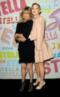 Goldie Hawn, Kate Hudson - Pasadena - 16-01-2018 - Katy Perry, una signora in rosso al defilé di Stella McCartney