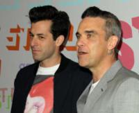 Mark Ronson, Robbie Williams - Pasadena - 16-01-2018 - Katy Perry, una signora in rosso al defilé di Stella McCartney