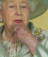 Regina Elisabetta II - Ascot - 18-06-2014 - Emily Ratajkowski mostra l'enorme anello di fidanzamento