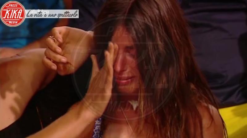 Bianca Atzei - Honduras - 06-02-2018 - Isola, spunta una luce misteriosa sotto la maglietta di Jonathan