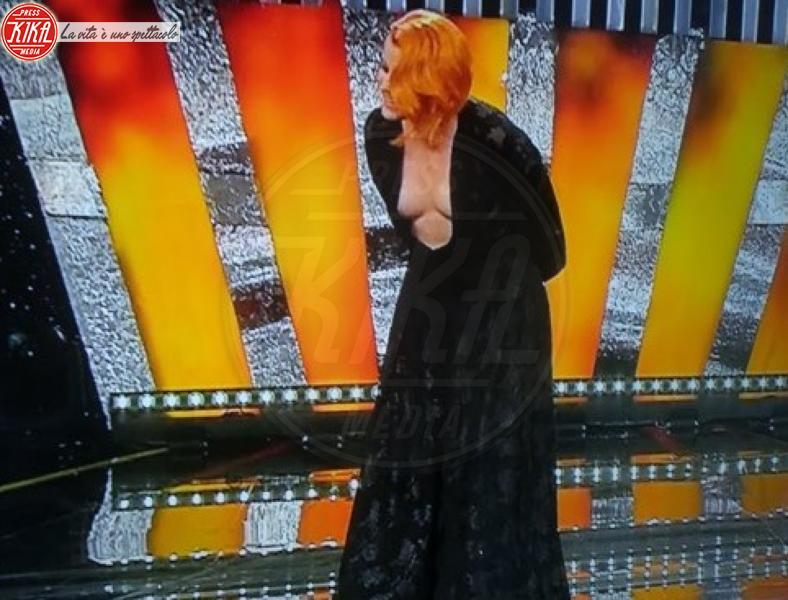 Sanremo: Noemi dà scandalo. Fuori di seno all'Ariston
