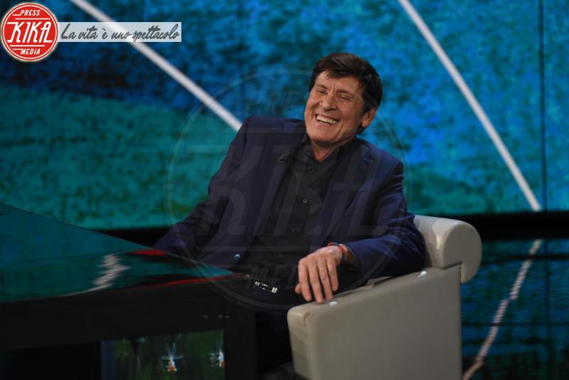 Gianni Morandi - Milano - 18-02-2018 - La foto che ha fatto perdere la pazienza a Gianni Morandi
