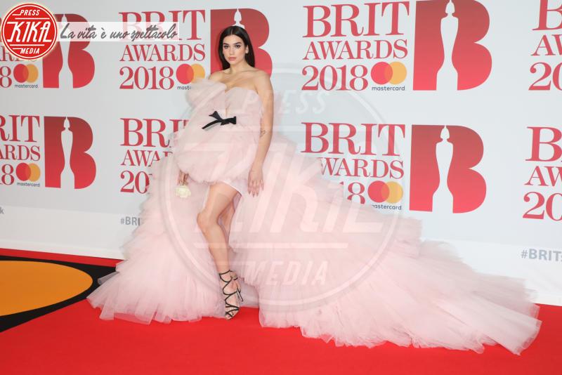 Dua Lipa - Londra - 21-02-2018 - Jennifer Lopez e Chiara Ferragni, chi lo indossa meglio?